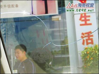 """挡风玻璃自动开裂 """"沃尔沃""""汽车遭投诉[图]"""