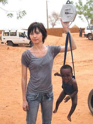 非洲性爱狠狠_孙燕姿非洲单手用体重计称孩子被批虐童[图]