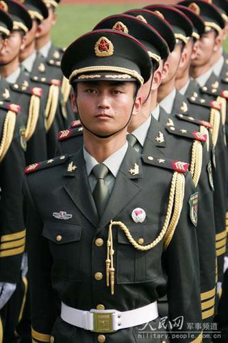 07式军服掠影 女兵更妩媚男兵更威猛