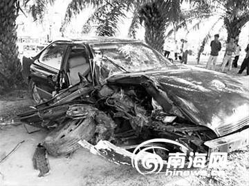 图为车祸现场 三亚一凌志轿车撞伤4人 肇事者被警方控制高清图片