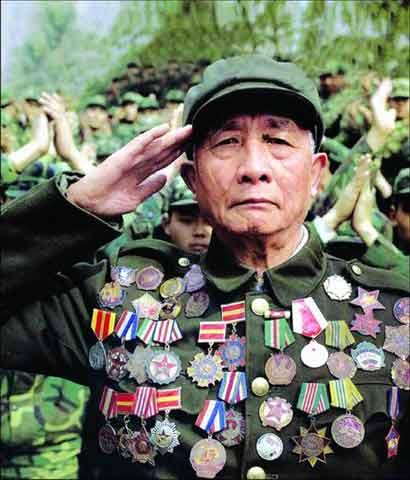 老兵满胸奖章被曝造假 41枚中有17枚是换来的