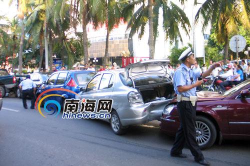在海口市滨海大道宝华海景大酒店门前,发生一起车祸,造成6车相撞,所幸
