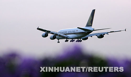 月17日,交付新加坡航空公司的首架空客A380客机准备降落在新加坡