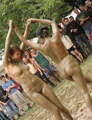的泥地摔交 美女们赤裸