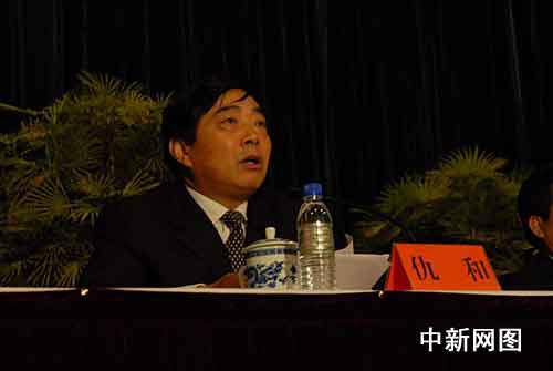 云南省委副书记李纪恒在会上宣读了中央以及云南省委的决定:仇和任
