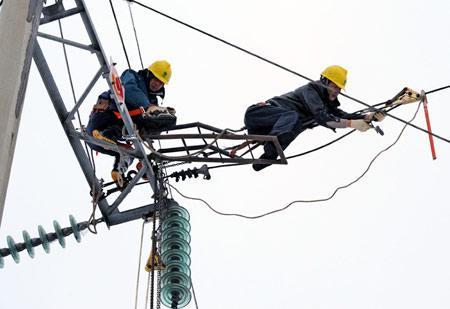 电力工人坚守冰雪前线 风餐露宿渴饮雪[组图]图片
