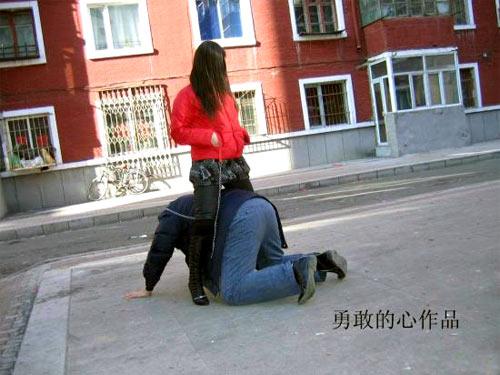 女子骑在男子身上