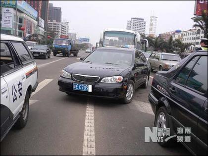一辆小车在红绿灯路口变道.李盛兰摄