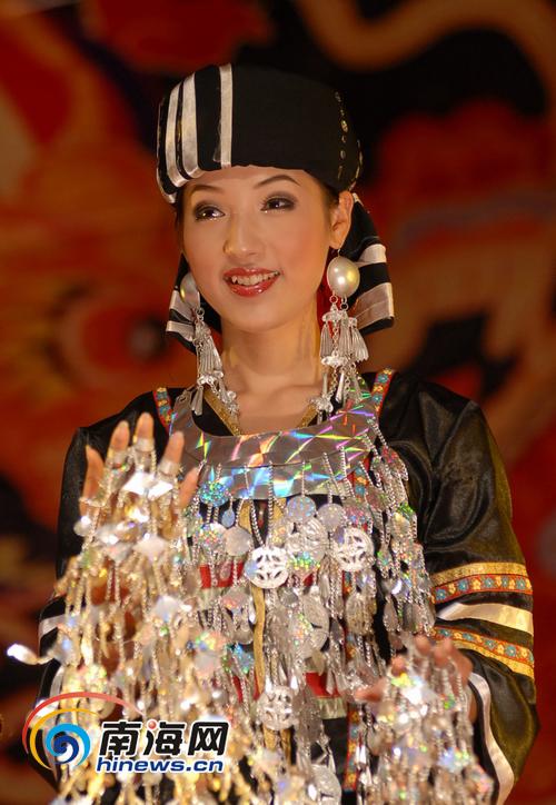 庆三月三节日 海南美女展示黎族服装银饰 海
