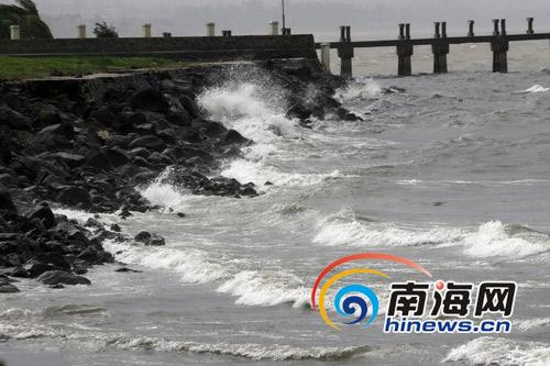 海口西海岸线波涛澎湃     摄 -台风临近海口海滩已风高浪急