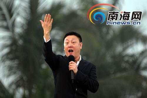 歌手韩磊高唱《我爱你中国》.(本网记者汪德芬摄)