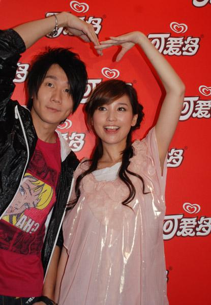 """6月12日,林俊杰和金莎亮相广州出席""""可爱多唱享歌会"""",去年还深受""""绯闻"""