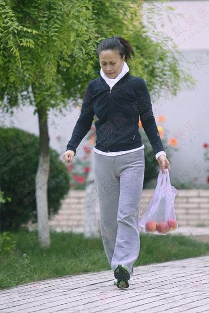 位素颜,运动装,貌似那英的女子出入小区的健身会所