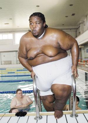 三名美国巨胖兄弟下水