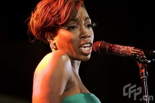 黑人�9b�_新闻中心 娱乐新闻 正文  网易娱乐7月1日讯 昨天,黑人女歌手estelle