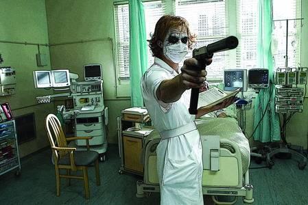 小丑也玩cosplay,先是护士长造型 蝙蝠侠6 黑暗骑