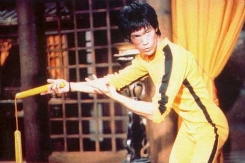 吻我把黄色电影网_黄色运动装,双节棍在李小龙去世后的35年里得到世界电影的无限的致敬