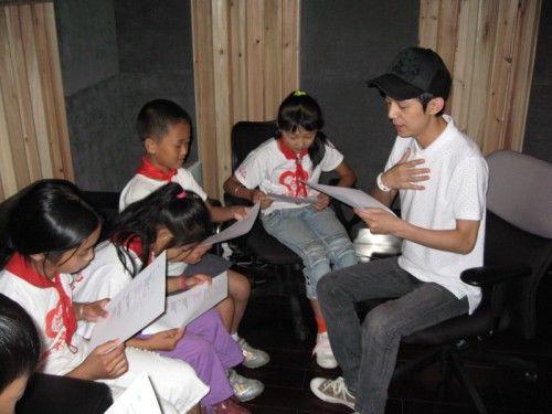 何炅和灾区儿童录单曲 启发孩子学会互帮