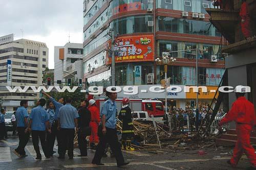 贵州毕节闹市广告牌轰然坠下 当场砸伤11人