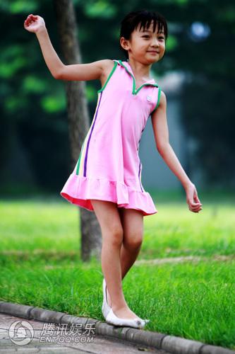 擅长唱歌跳舞的她活泼可爱,身穿粉嫩小裙笑容甜美,大摆pose十分上镜.