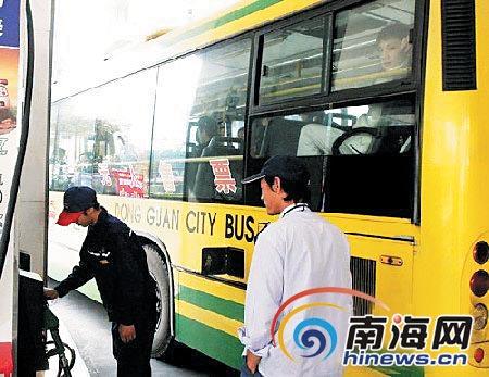 海口公交车载客进站加油 乘客接打手机让人惊专业汽车媒体,高清图片