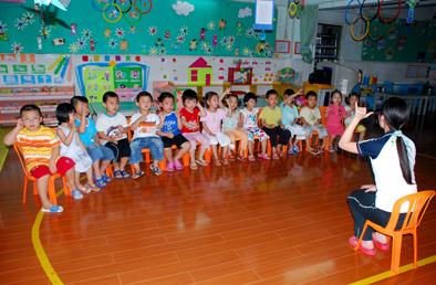 幼教老师在给幼儿上课