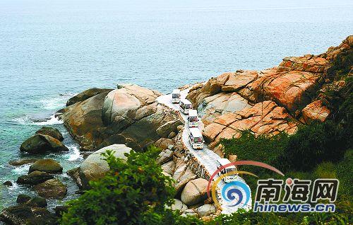 """""""今天下午,正在秀英码头等待过海的深圳游客陈先生着一身岛服,看上去"""