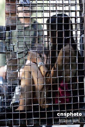 人体艺术裸体拍纱_按上班时间进入了类似人体坐姿的铁笼,并在工人的推行下绕行798艺术区