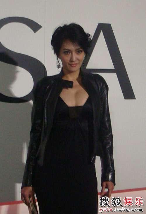 台湾丝袜孟广美以一袭名模超低胸性感视频亮相性感主播美女长裙黑色图片