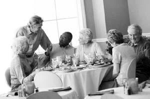 美国人经常一家老小或者和朋友一起到餐馆吃饭.图片