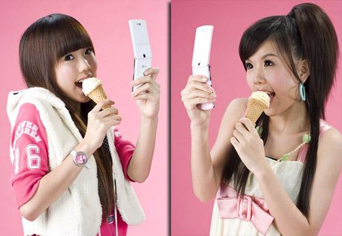 """特别是冰淇淋手机的粉色和白色两种款式,由by2这对""""双胞胎""""出任代言人"""