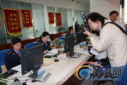 网友参观海南省政务中心工商窗口 感受服务流