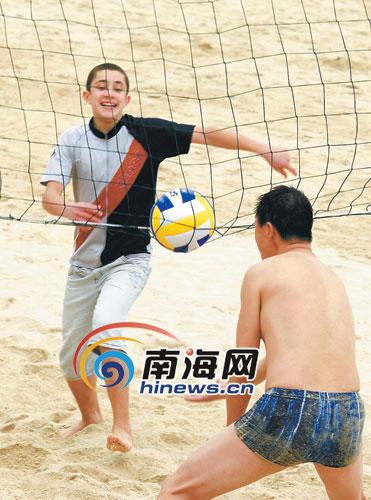 球乐:游客在三亚大东海沙滩打排球.  特约记者孙清摄高清图片