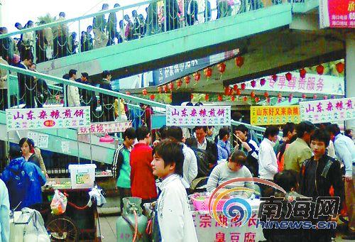 摆地摊五花八门的小摊占据人行道叫卖,本来就只有几米宽的人高清图片