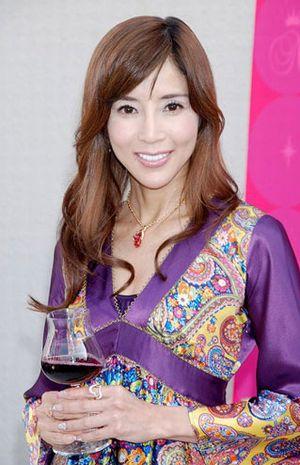 1月8日,日本人气女星川岛直美被曝光在生日宴上热吻前男友,令其
