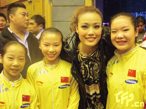与成龙大哥,eason,及内地歌手谭晶一同合唱北京奥运主题曲《站起来》.