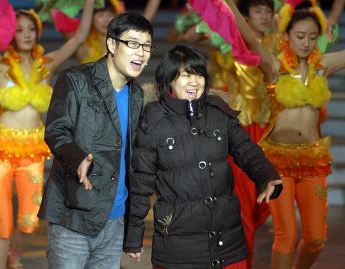 小沈阳蹿红 不差钱 老婆秀名牌手袋