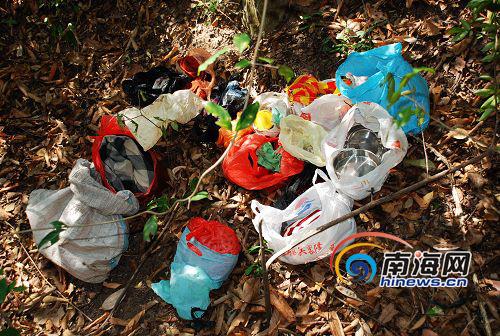 发现女性尸体旁边还有多个塑料袋盛装着的生活用品.