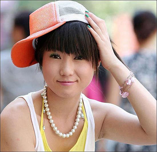 组图:人体艺术新秀张筱雨 摩托车上的魅力女孩