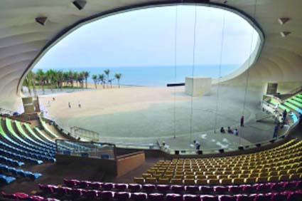 """剧场内部结构复杂,钢结构纵横交错,支撑着整座建筑物,像北京的"""""""