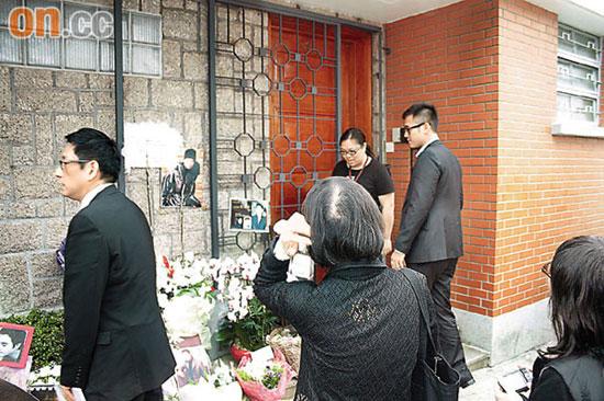 连炎辉(左)与kenneth(右)在哥哥的故居前悼念.