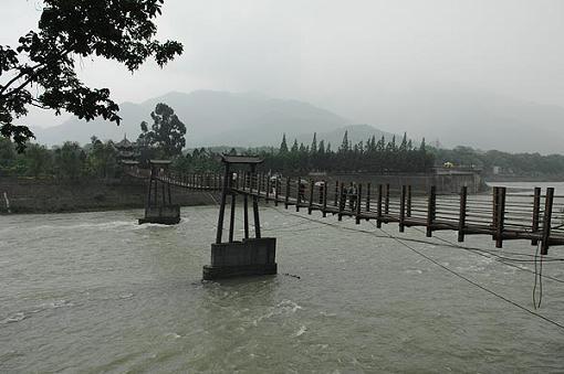 都江堰王婆岩照片; 青城山都江堰景区损毁最为严重; 都江堰索桥
