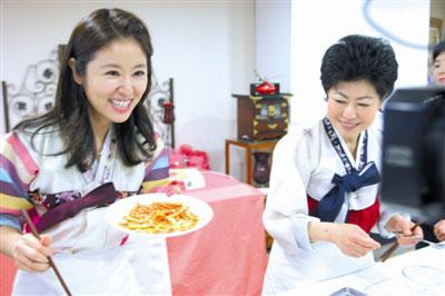 林心如韩国品美食 炸酱面吃得不亦乐乎[图]_南