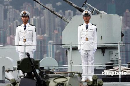 资料图 穿着07式海军常服的驻港部队海军士兵图片