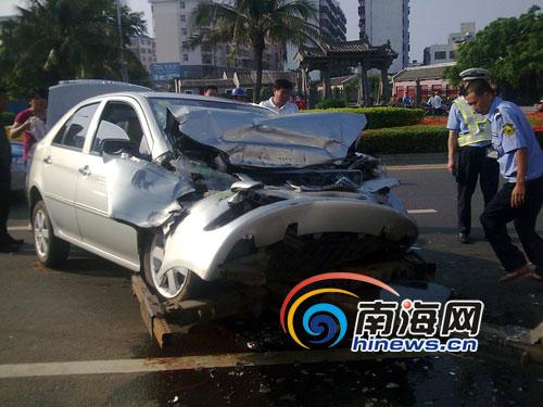 40分左右,海口市红城湖路发生一起车祸