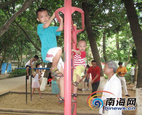 下在公园里玩耍