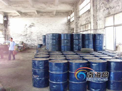 这些椰子油所装入的大铁桶上