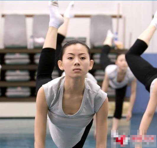抓拍中央芭蕾舞团女生练功图片