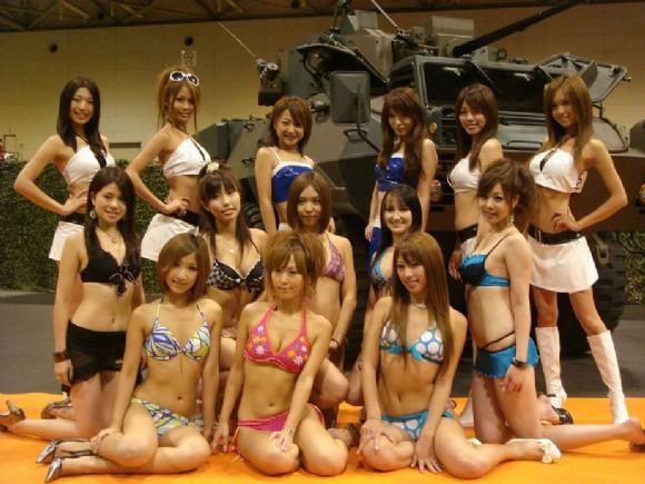 组图:日本泳装美女助兴自卫队武器展