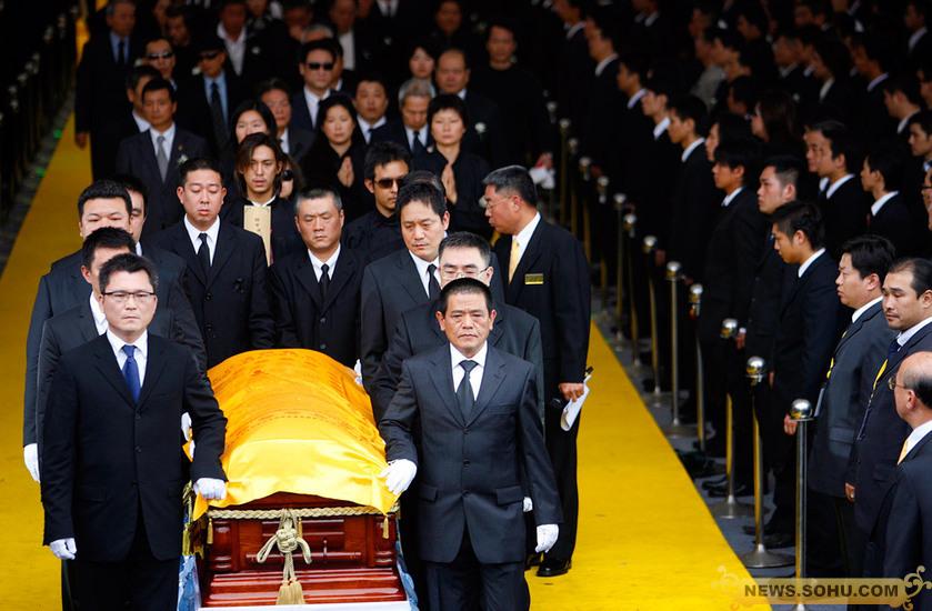竹联帮老大陈启礼_11月8日,台湾竹联帮大佬陈启礼举行出殡仪式,数千黑衣人士前往